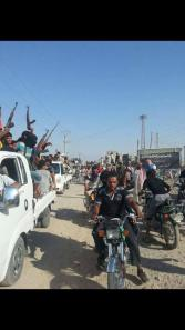 A convoy of Deir Al Zour residents to support the Shueitat resistance. Via: Yalla Souriya